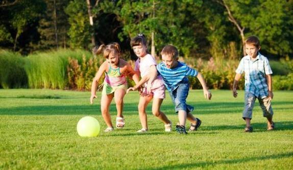 Niños jugando a la pelota - Consciencia Visual